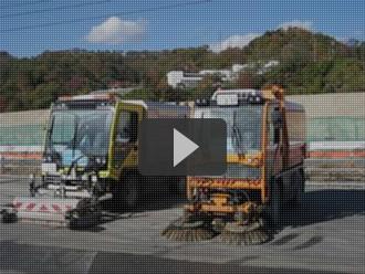 震災復興現場で路面清掃の